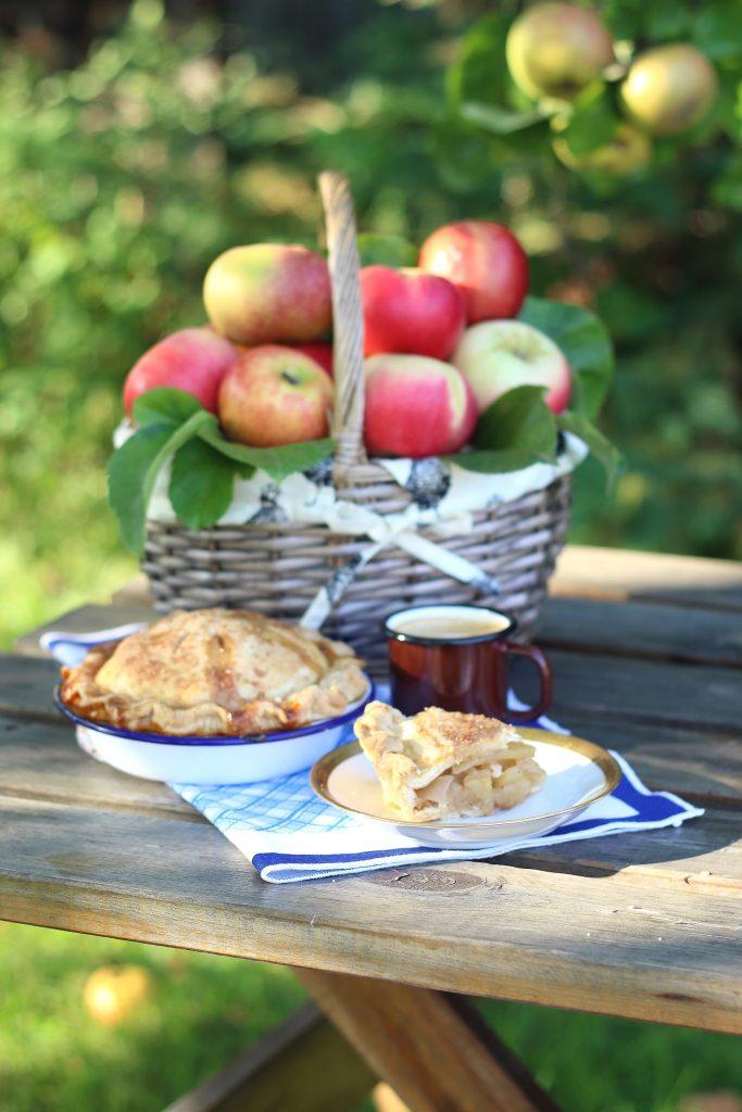 Piccole apple pie in giardino
