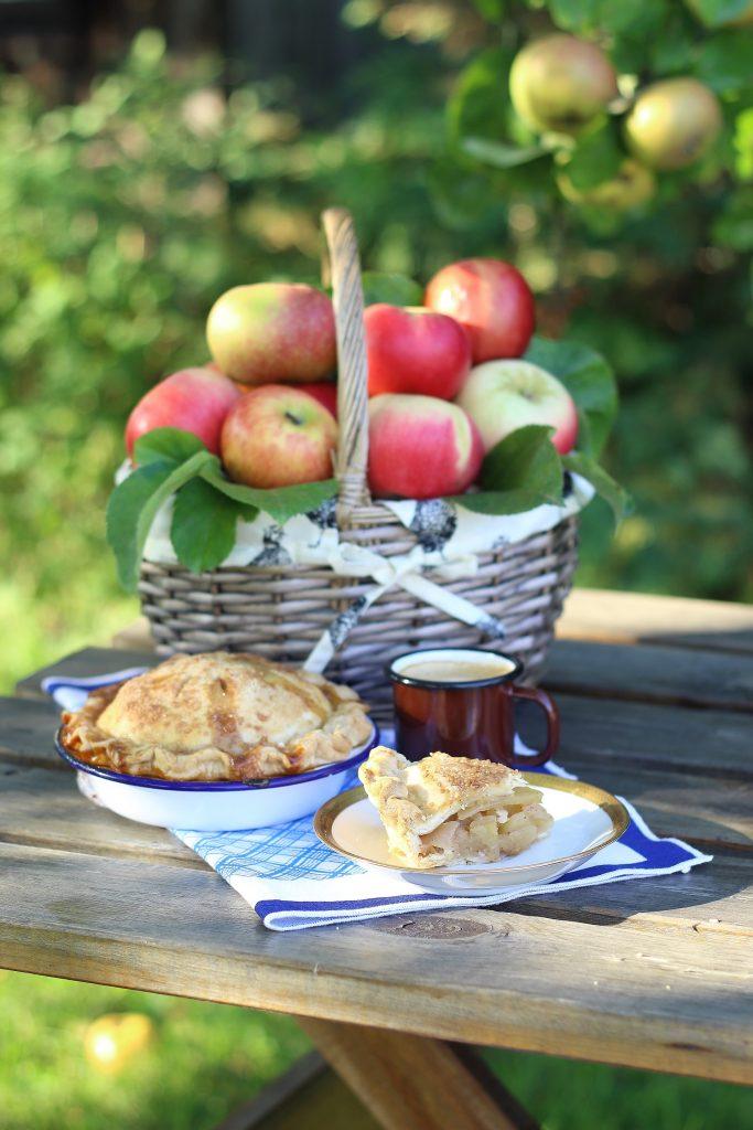 Apple pie con cesto di mele e tazza