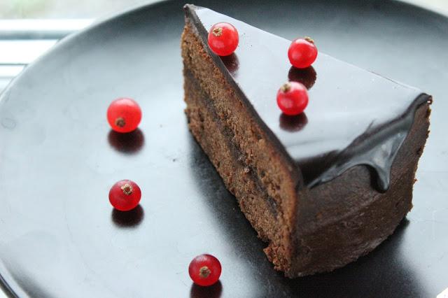 Fetta di torta al cioccolato con glassa a specchio