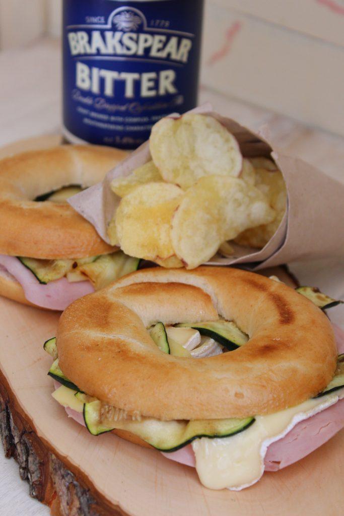 Bagel farciti con prosciutto, brie e zucchine