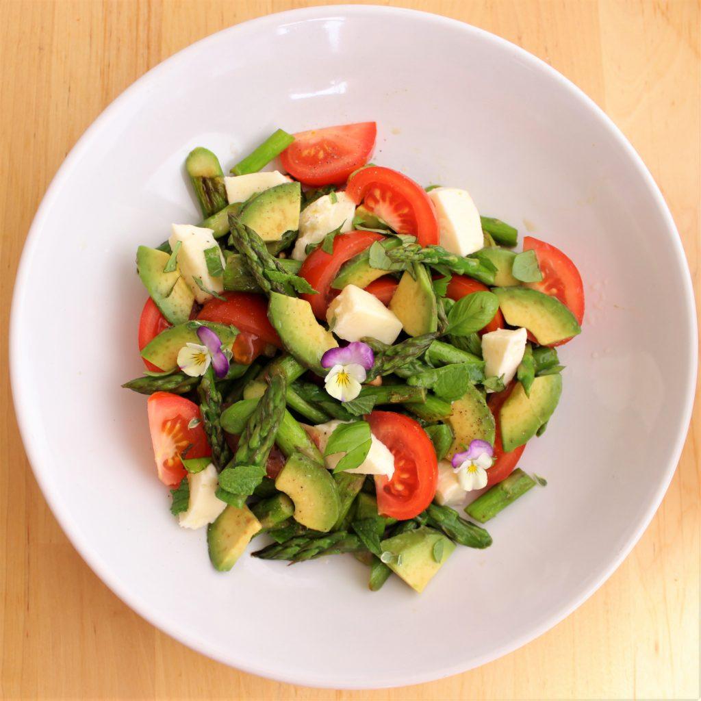 Insalata di asparagi, avocado e pomodori - flatlay