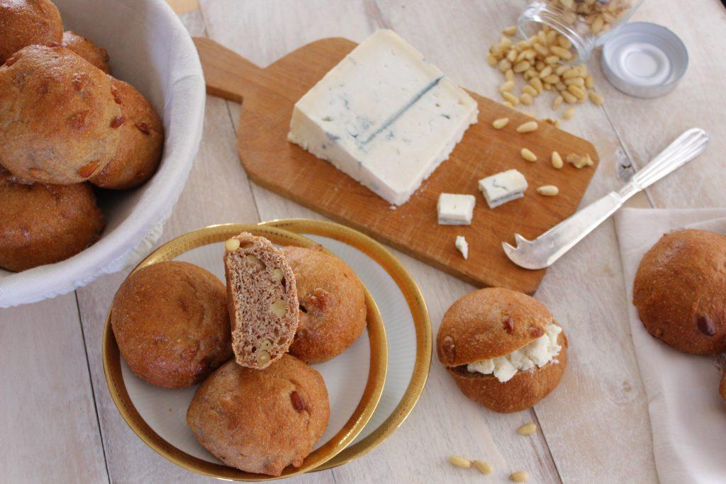 Panini integrali alle noci e pinoli con gorgonzola