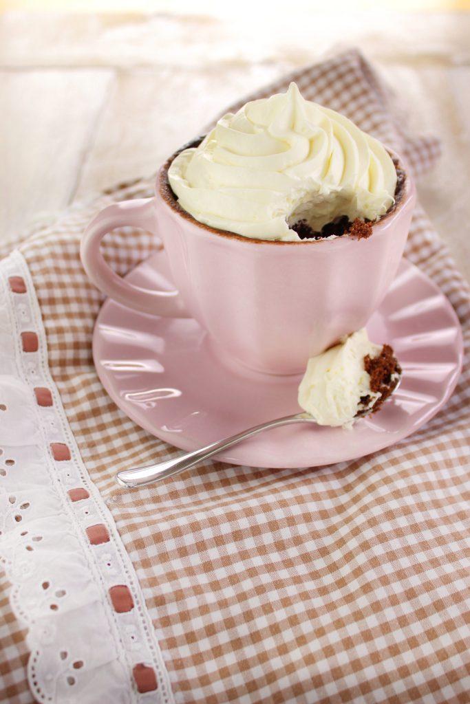 Mug cake al dulce de leche e cioccolato con panna montata
