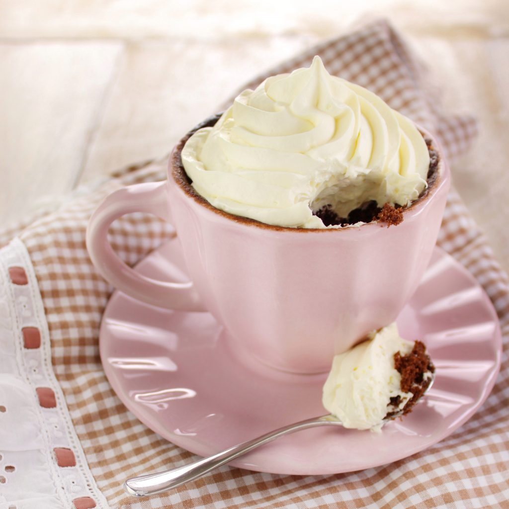 Mug cake al dulce de leche e cioccolato fondente con panna al microonde