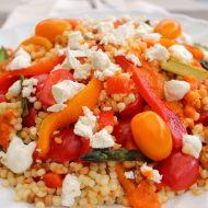 Insalata di fregola, verdure e feta con pesto di peperoni arrosto e dressing allo yogurt greco e aneto