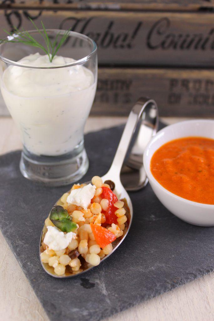 Insalata di fregola e peperoni con feta, asparagi e salasa allo yogurt