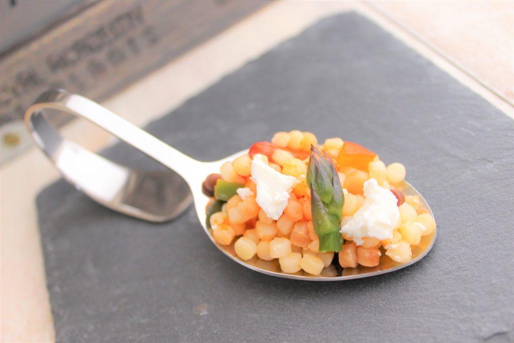 Insalata di fregola, asparagi e peperoni su cucchiaio