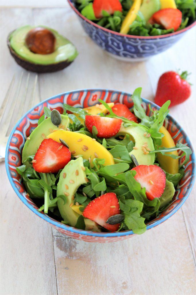 Insalata di rucola, fragole, mango e avocado
