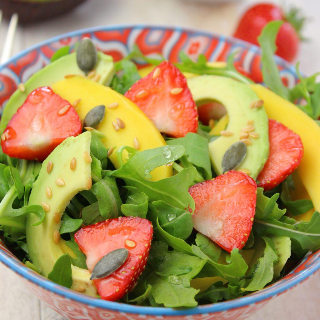 Insalata di fragole, mango e rucola con semini