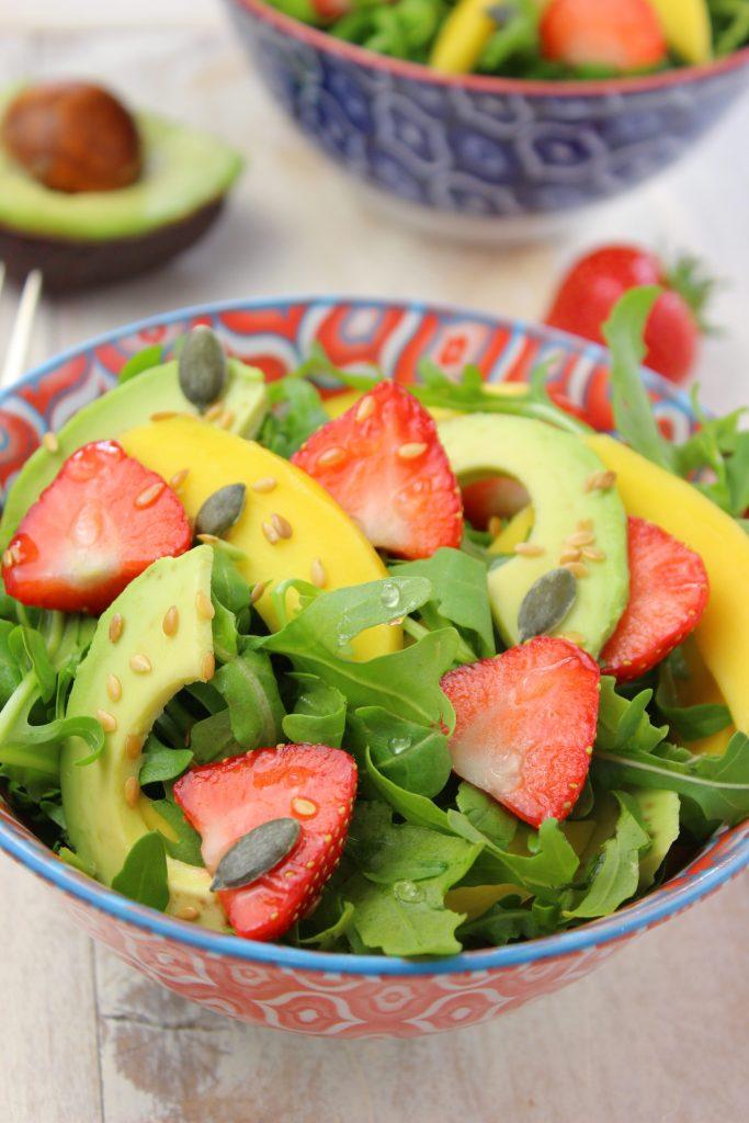 Insalata con fragole e rucola e mango