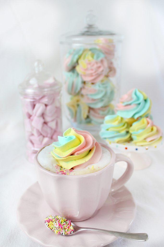Meringhe arcobaleno in tazza