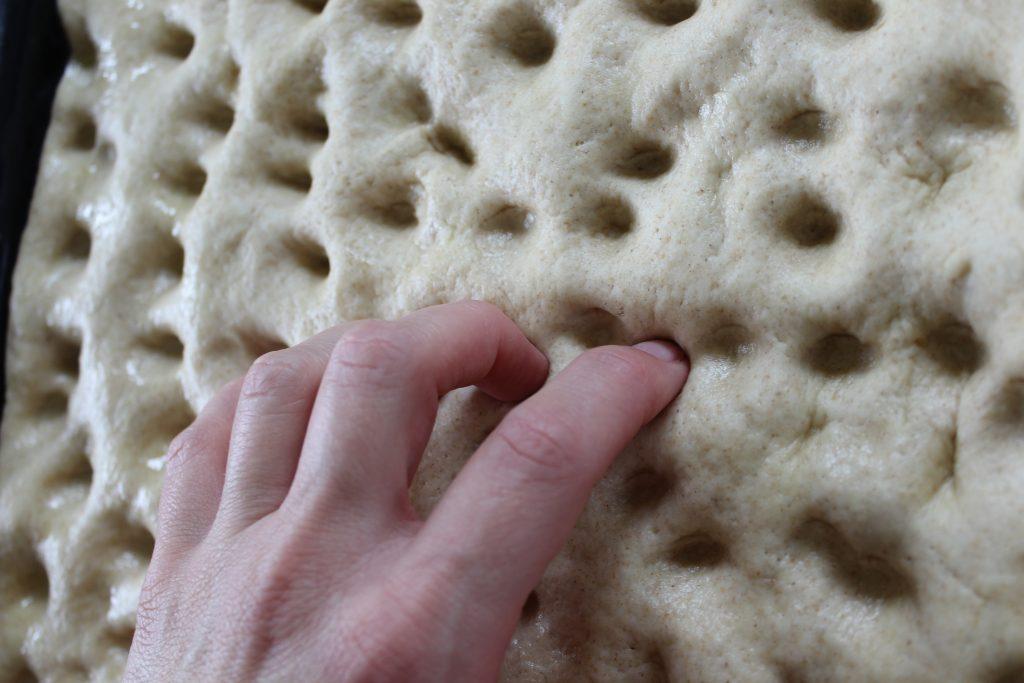 Focaccia lievitata - come fare i buchi