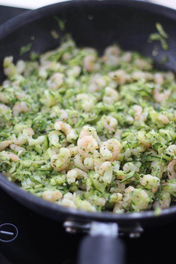 Gamberetti e zucchine saltati in padella