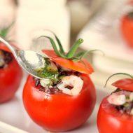 Pomodori ripieni di riso Venere con gamberetti e zucchine