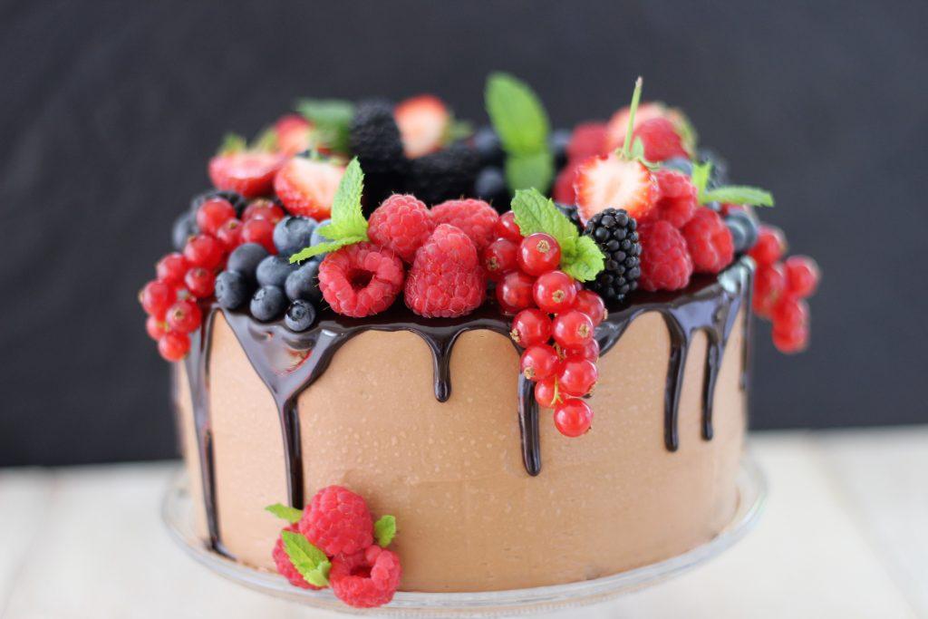 Torta alla crema al burro al cioccolato con frutti rossi