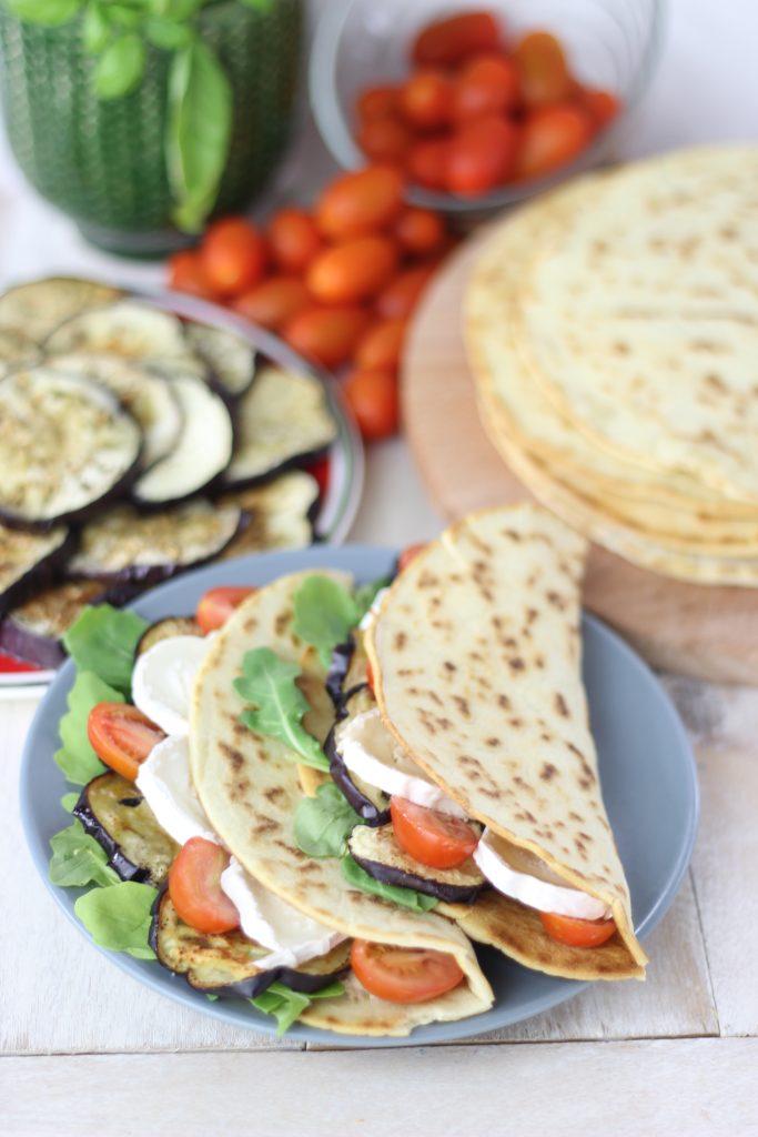 Piadina farcita con melanzane, pomodoro e mozzarella