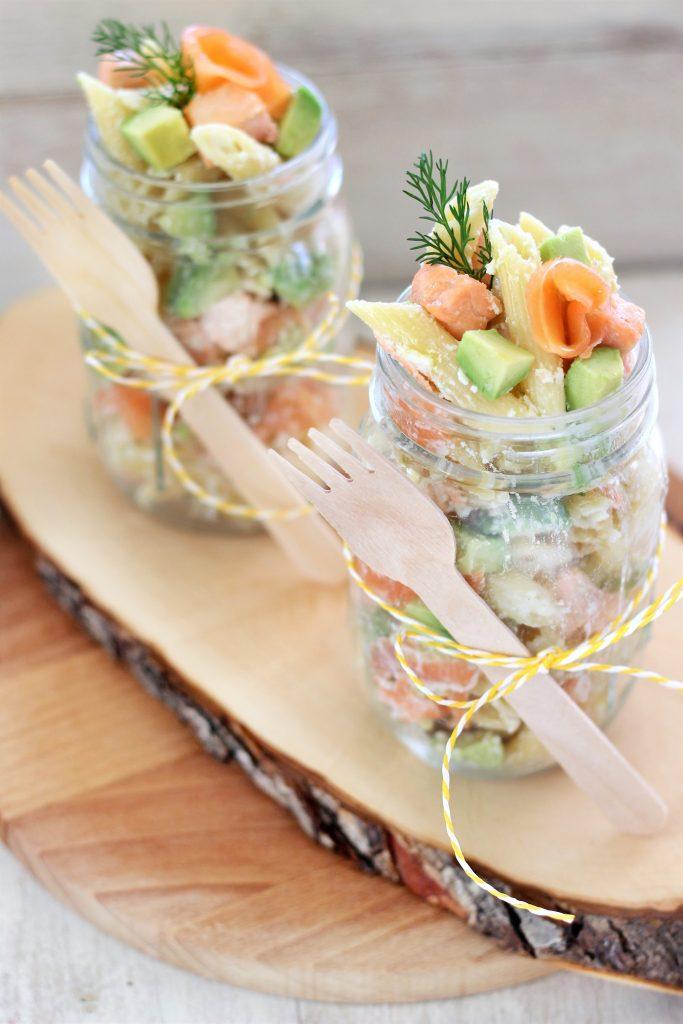 Insalata di pasta con salmone e ricotta in barattolo