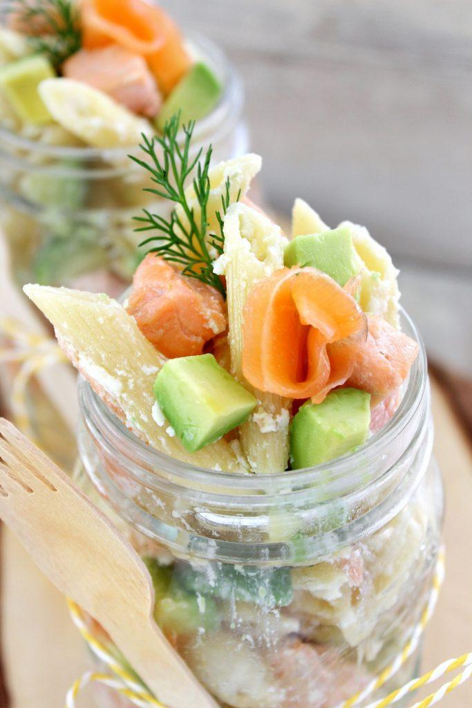 Insalata di pasta con salmone - close up