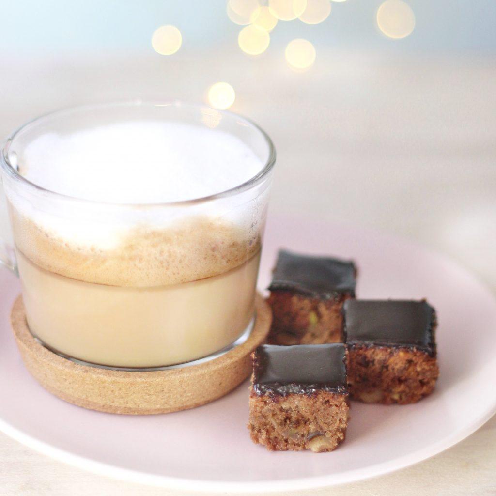 Brownies cioccolato e banane con cappuccino