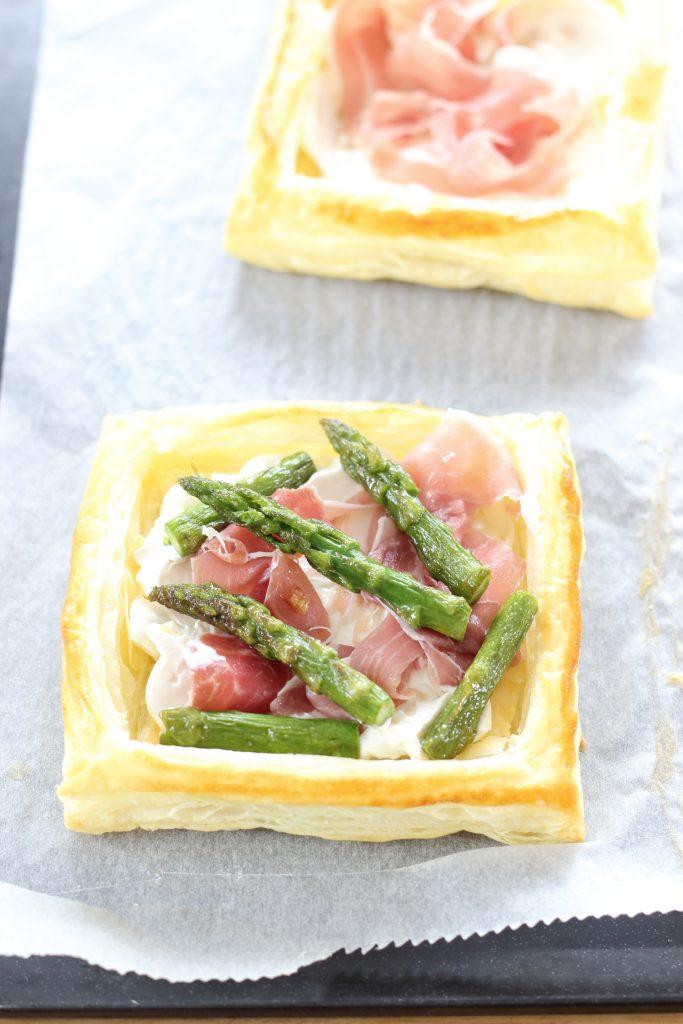 Tartellette agli asparagi, prosciutto e formaggio a crudo