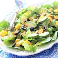 Insalata con mango, avocado e olive nere