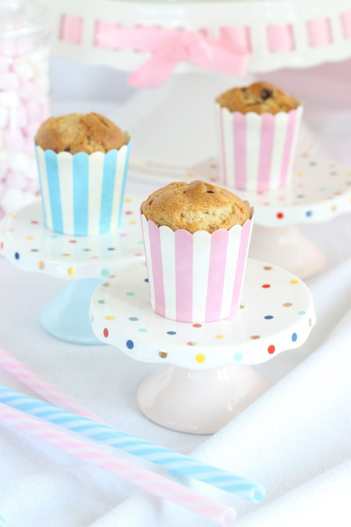 Muffin al burro di arachidi su alzatine
