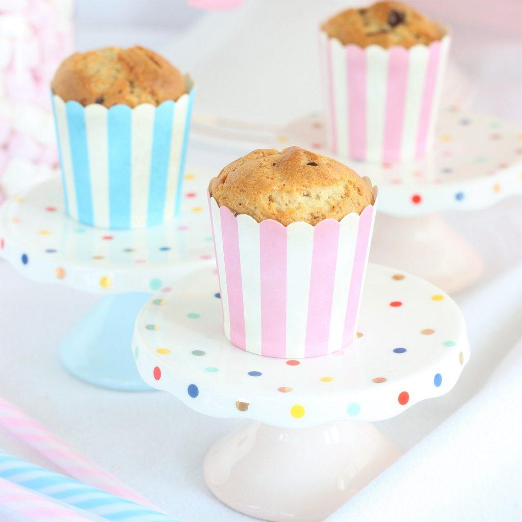 Muffin alla banana su alzatine