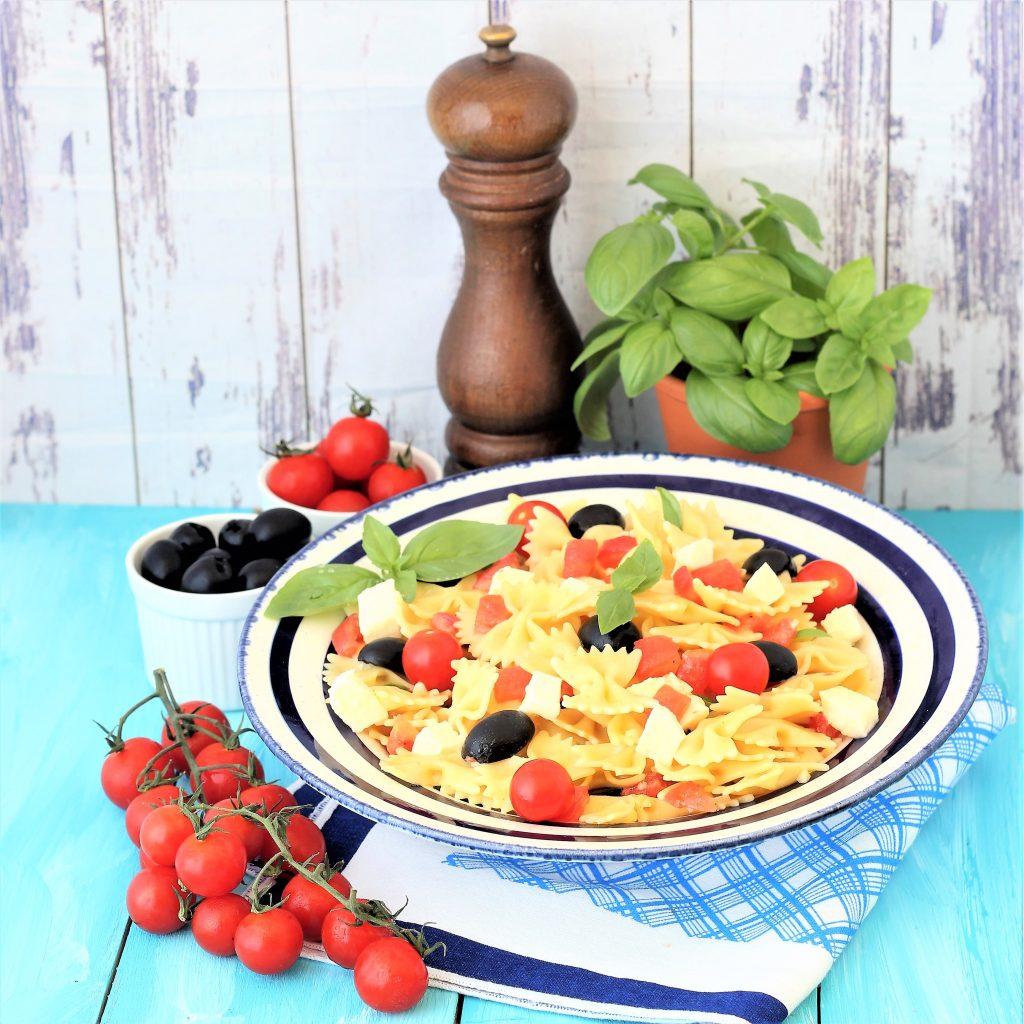 Pasta fredda estiva con pomodoro, olive e mozzarella