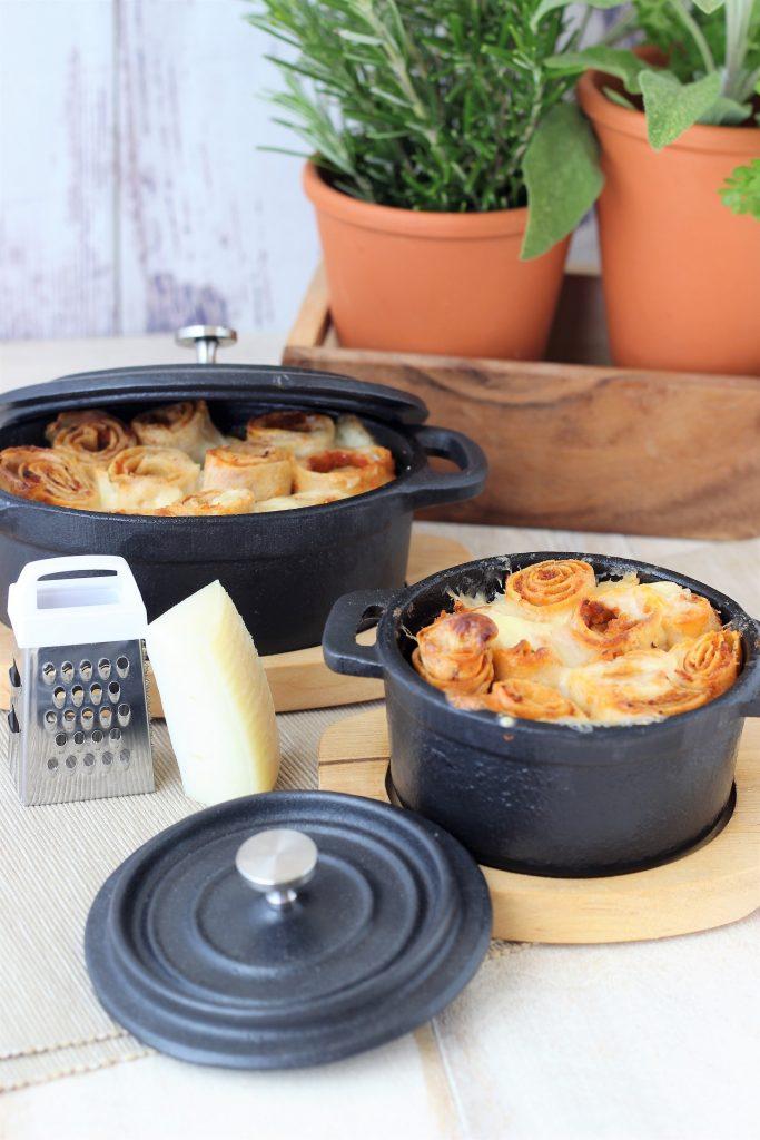 Crêpes al forno con vasi di erbe