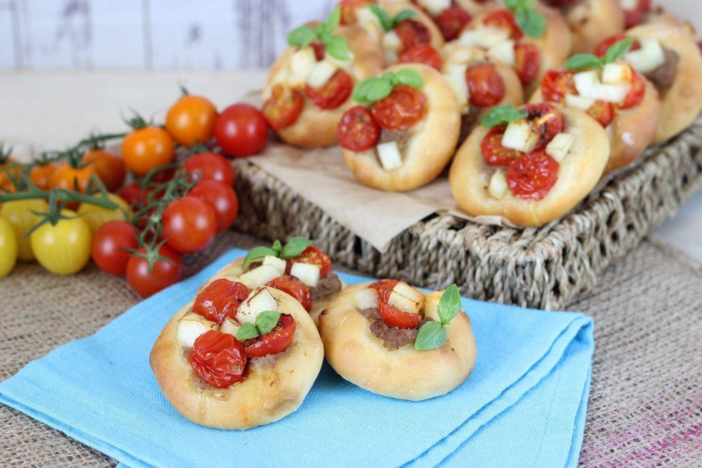 Pizzette greche con halloumi e pomodorini