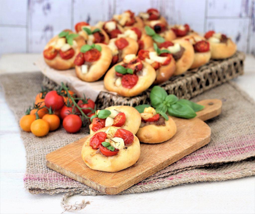 Pizzette con formaggio halloumi su tagliere