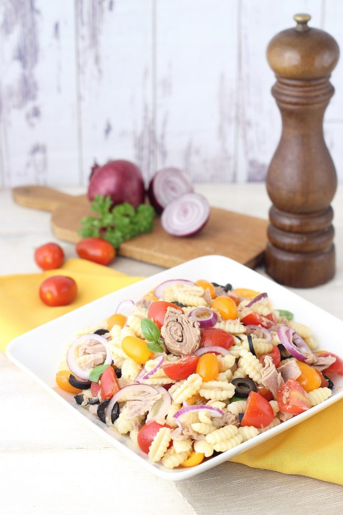 Pasta salad with tuna, onion and tomatoes