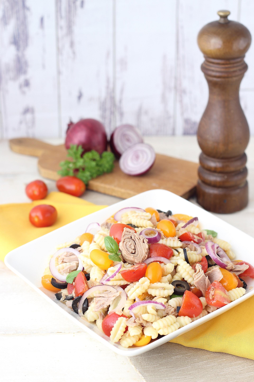 Pasta salad with tuna and onion