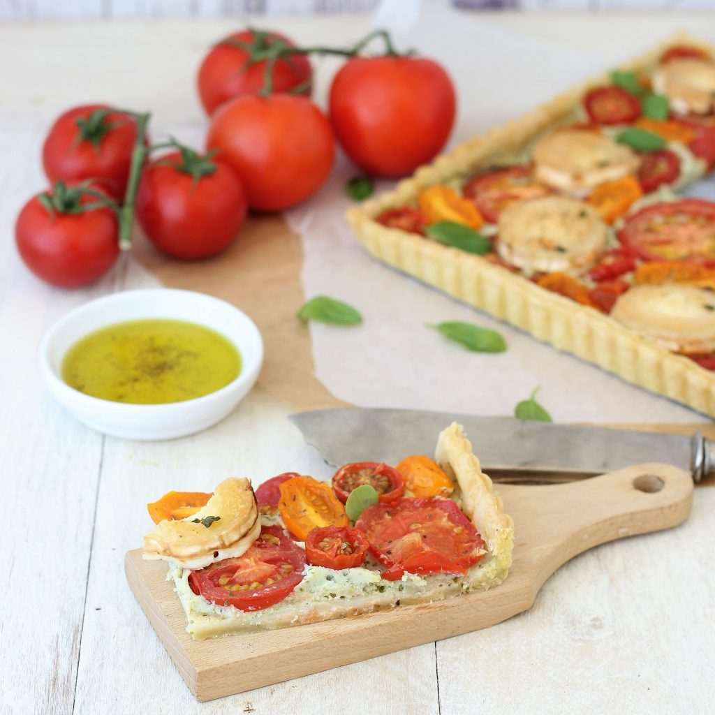 Torta salata di pomodori fetta su tagliere