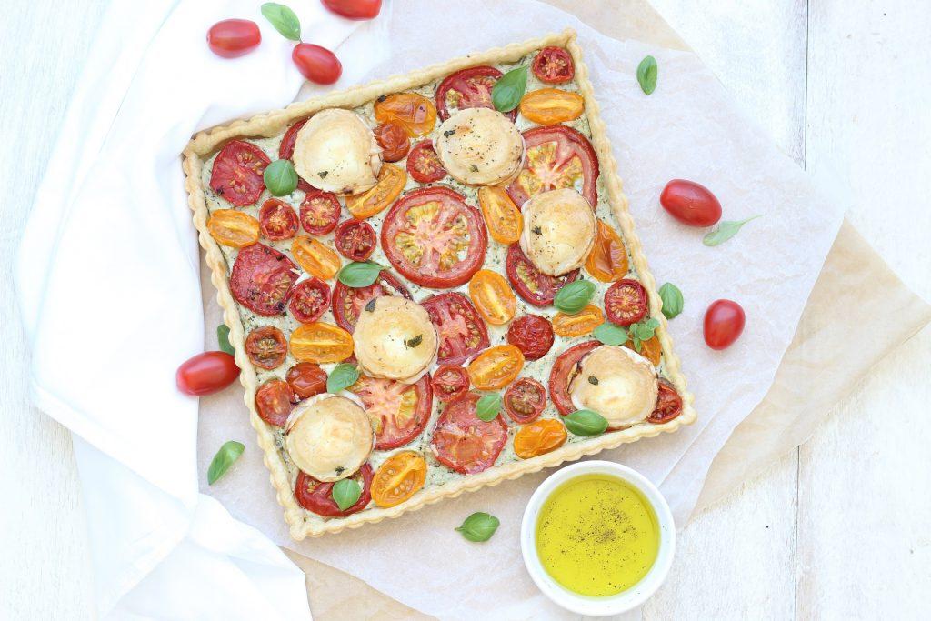 Torta salata di pomodori con formaggio di capra - flatlay