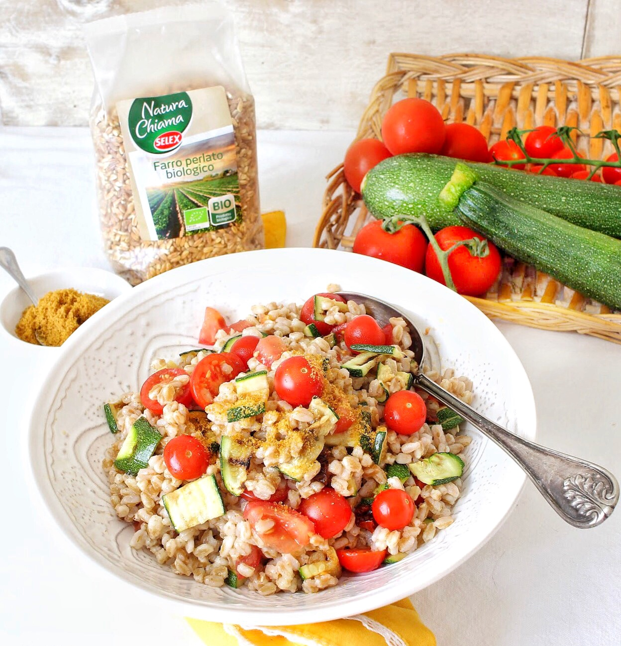 Spelt salad with tomato and courgettes