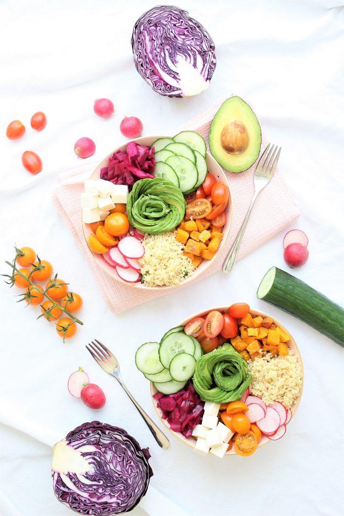 Buddha bowl con avocado - flatlay