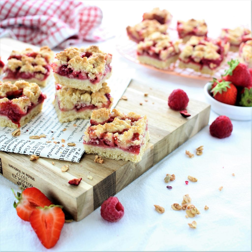 Crumble bars with strawberries