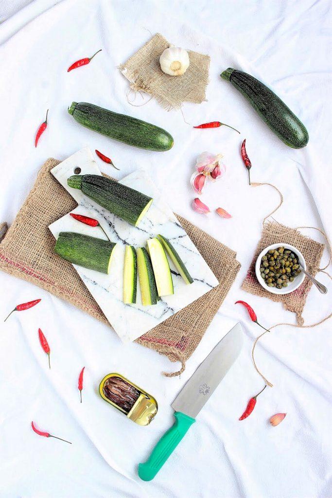 Ingredienti per conserva di zucchine - flatlay