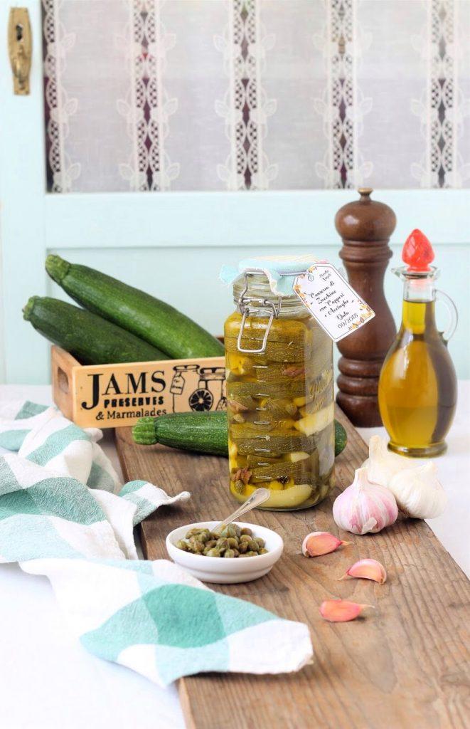 Conserva di zucchine, aglio, acciughe e capperi