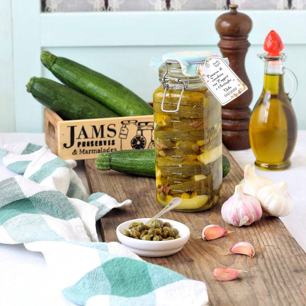 Zucchine sott'olio con acciughe, aglio e pepe