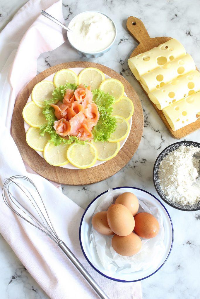 ngredienti per waffle salati - sallmone, uova e formaggio