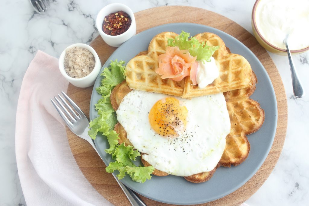 Waffle salati al salmone e Emmenthal - flatlay