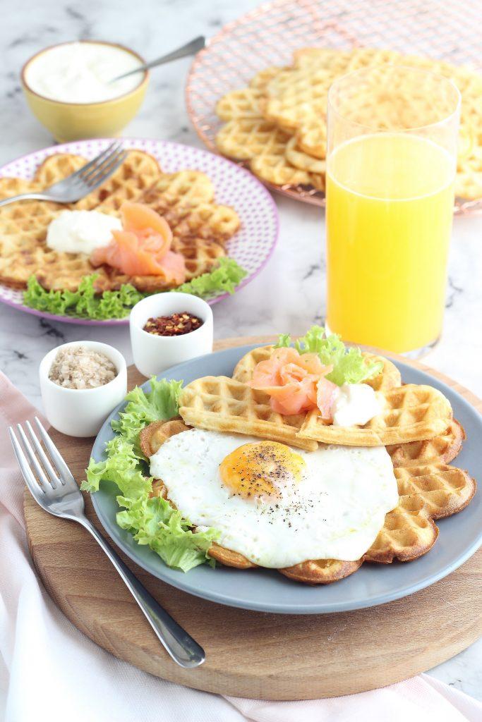 Waffle salati al formaggio e succo di arancia