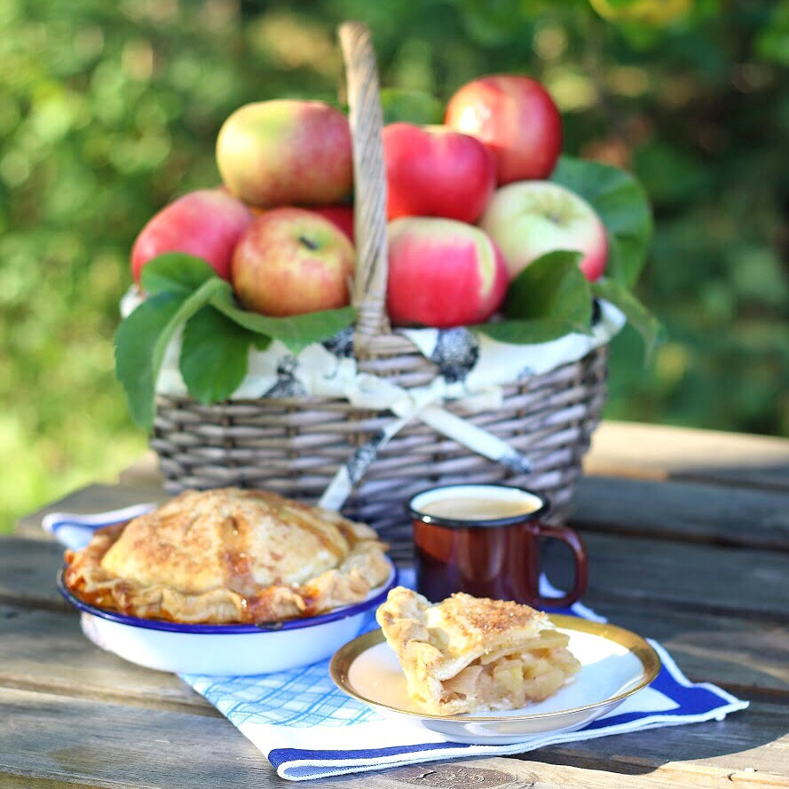 Apple pie con cesto di mele