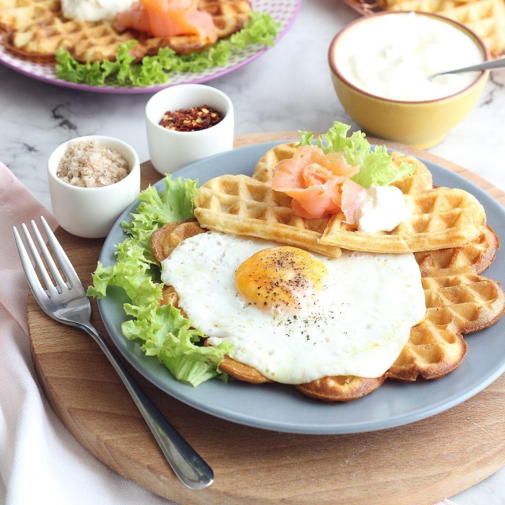 Waffle salati con uovo fritto