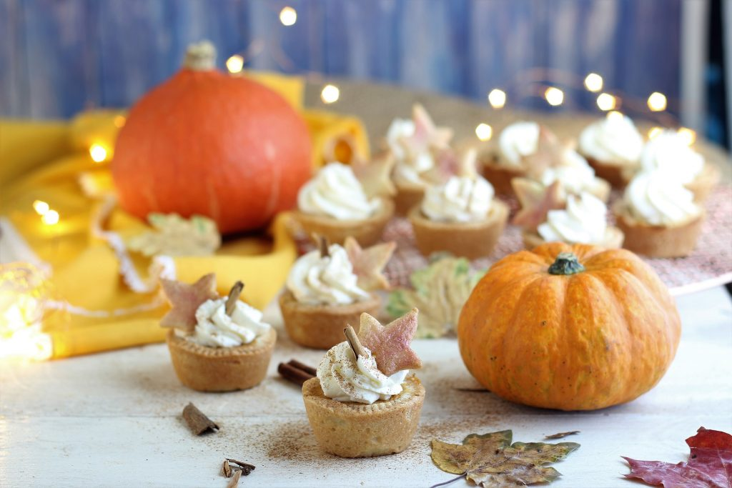 Mini pumpkin pie con panna e zucche