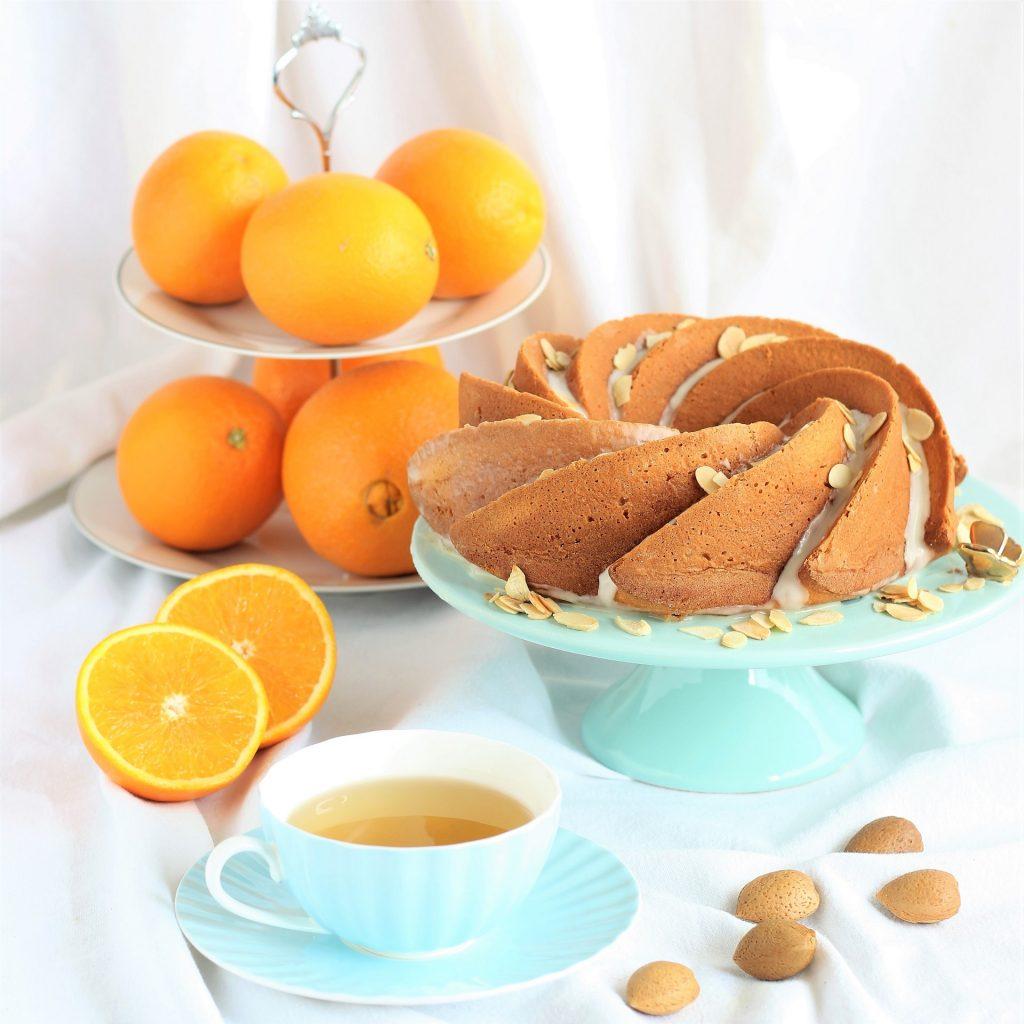 Torta all'arancia con mandorle e tazza di the