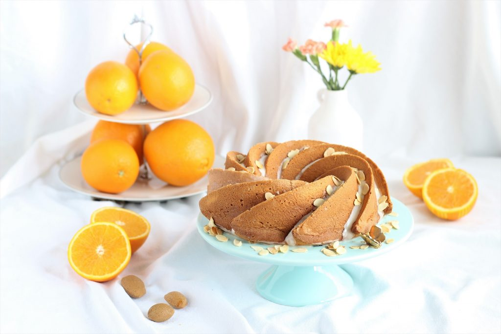 Torta all'arancia su alzata