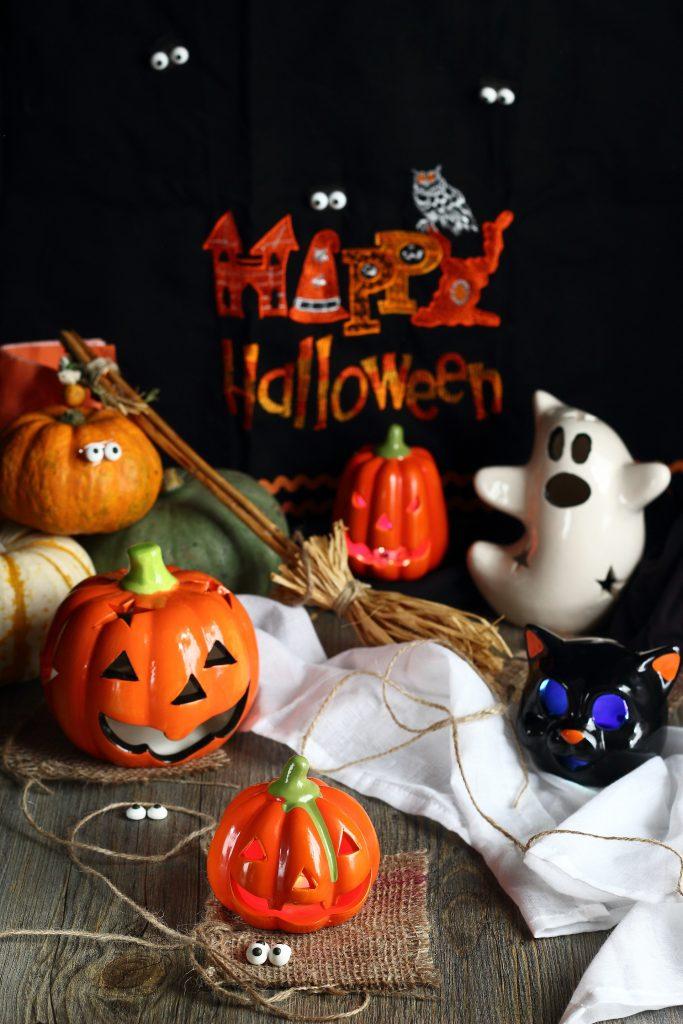 Decorazioni di Halloween - fantasmi e zucche